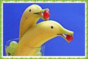 バナナのイルカが食べているところ