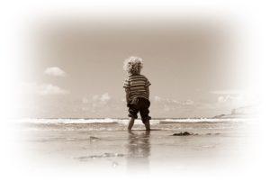 子供が海で遊んでいる