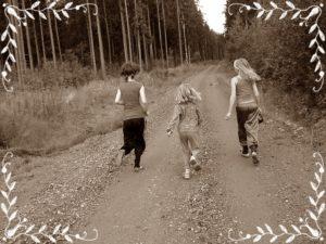 子どもたちが走っているところ