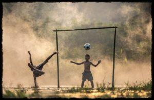 子供がサッカーをしている