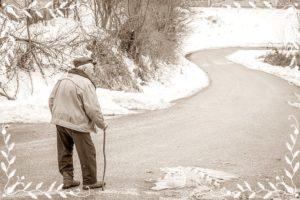 老人が歩いているところ