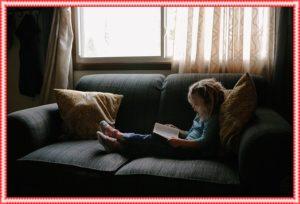 1人で本を読んでいる少女