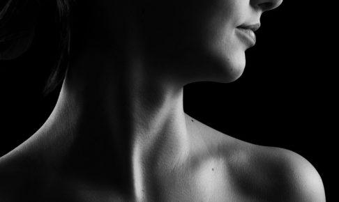 首を白黒の写真で写している