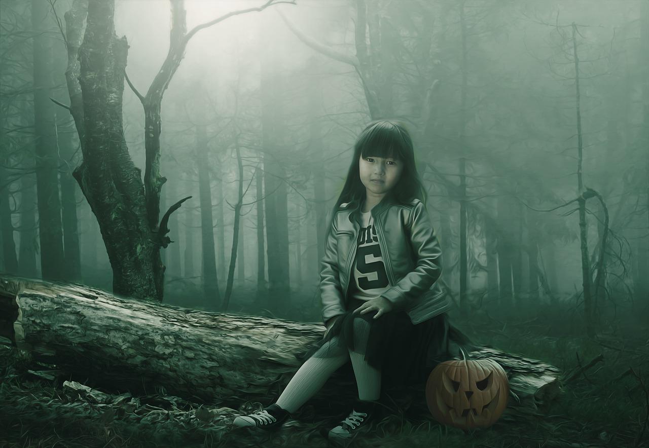 女の子が森で座っているところ