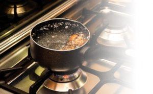 沸騰している鍋