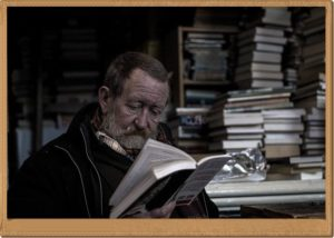 読書している男性
