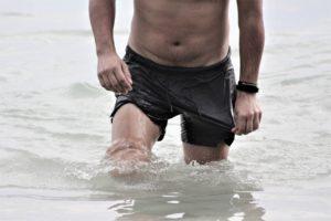 海にいる腹筋が割れている男性