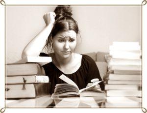 悩んで本を読んでいる女性