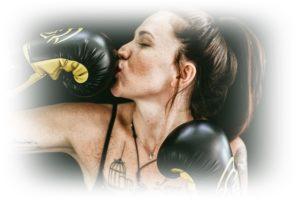 ボクシンググローブにキスしている