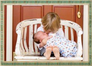 子供が赤ちゃんをあやす
