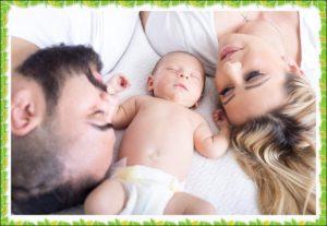 赤ん坊を見ている両親