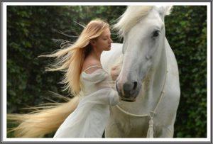 白馬と女性