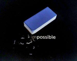 不可能と書いた文字と消しゴム
