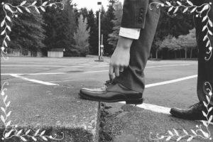 スーツで靴を直しているところ