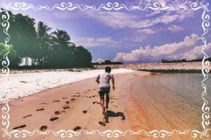 海辺で走る人