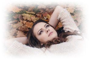 女性が寝転がって、思いにふける