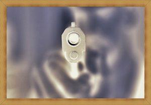 ピストルの銃口が向けられている