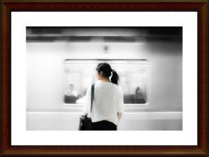 地下鉄駅で待っている