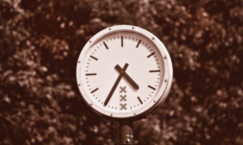 壁掛けの白い時計