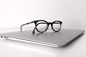 Macブックとメガネ