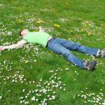 芝生の上で寝る人