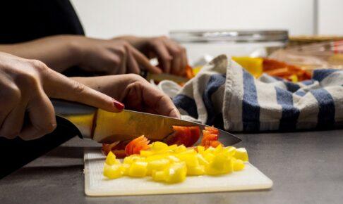 キッチンで包丁で切っているところ