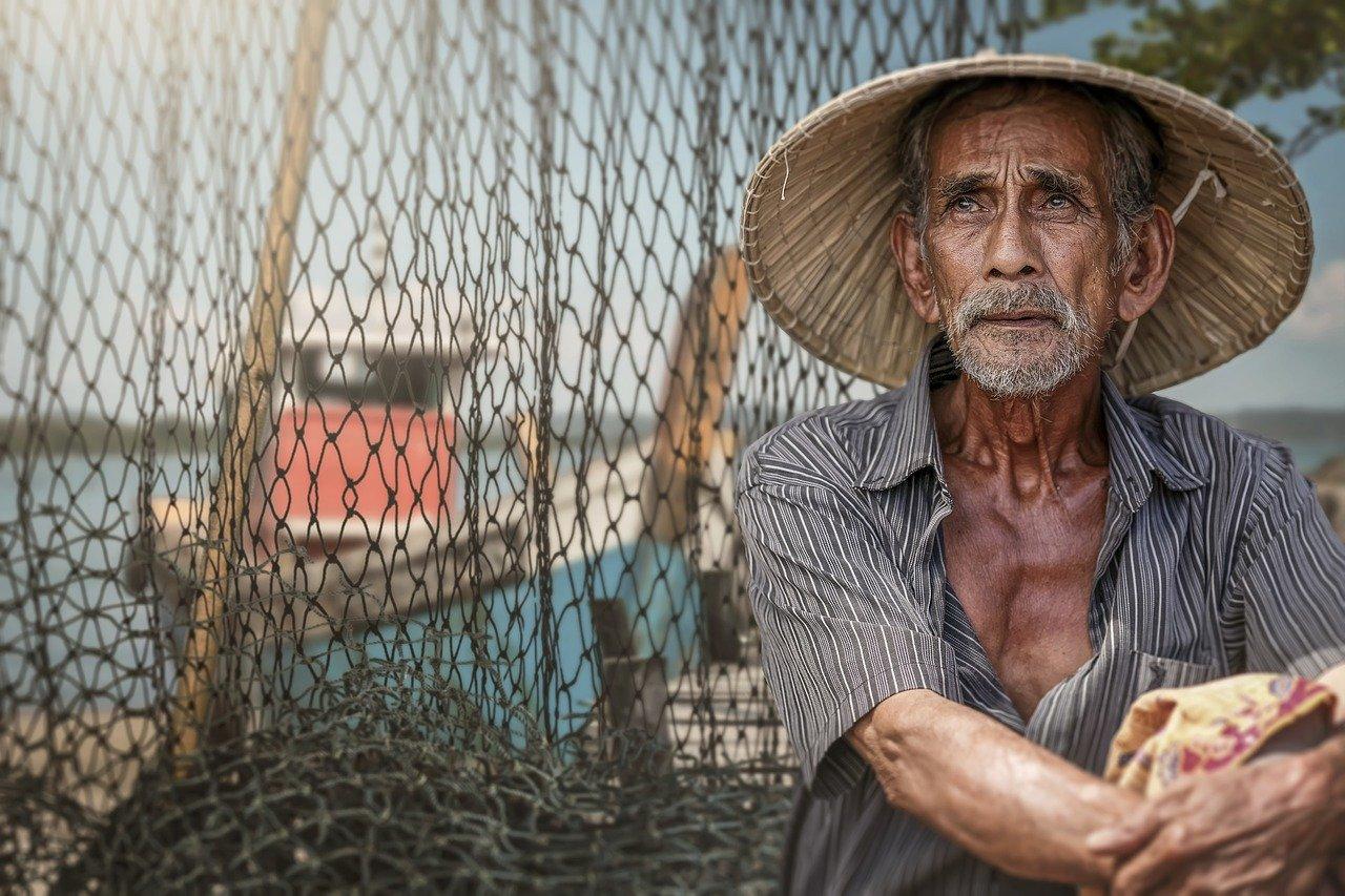 漁師が遠くを見ている
