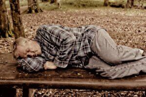 公園で寝ている男性