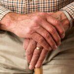 手を組んでいる老人
