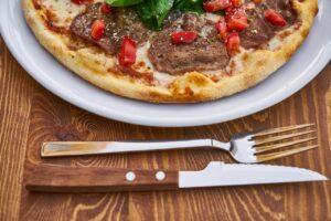 ピザとフォーク・ナイフ