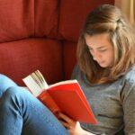 女性が読書しているところ