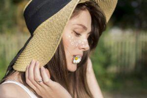 少女が麦わら帽子をかぶっている