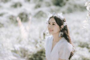 白いドレスを着た女性